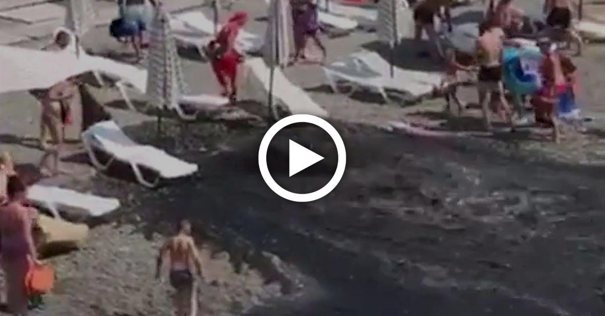 Urlauber genießen Badetag - plötzlich ergießt sich Abwasser über den Strand