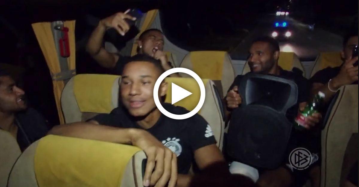 Henrichs macht den Vor-Rapper: Deutsche U21-Kicker feiern sensationelle Bus-Party- Video