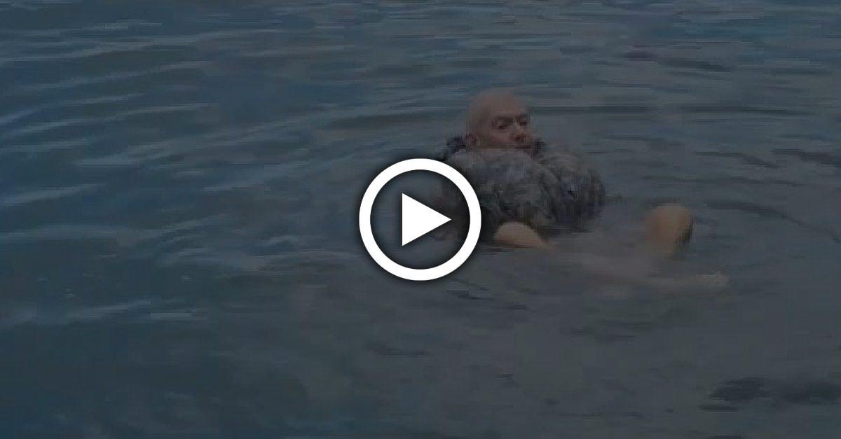US-Marine zeigt verblüffenden Trick, wie sie sich selbst vor dem Ertrinken schützen